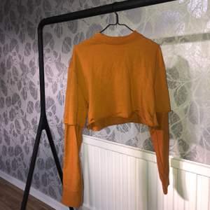 Skitnsygg croppad tröja i en skitsnygg färg, perfekt till hösten! 🍂