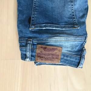 Jeans i bra skick från crocker. Säljes för blivit för små. Priset kan diskuteras. Köparen står för frakten. Kan mötas upp i Lund.
