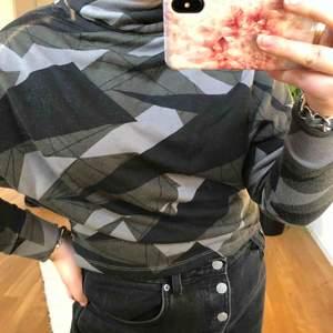 Supercool tröja med hög krage från Tiger of Sweden💚