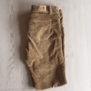 Byxor i Manchesterkvalitet i en brun nyans som är fin till hösten. Köpta på Abercrombie & Fitch, USA. Låg midja och smala ben.