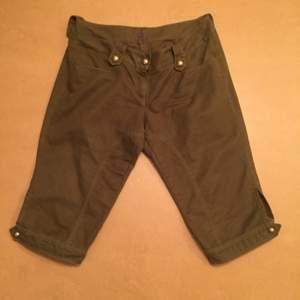 Shorts/Capribyxor från Calvin Klein. Mörkgröna med guldknappar. Bra skick! Kostade runt 1800kr, självklart äkta. Lite osäker på storlek (se bild 3) men tippar på ca 42. Frakt tillkommer 🎈