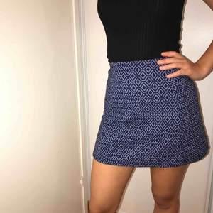 Mönstrad blå-(ish) och svart kjol från Zara. Oanvänd och bra kvalité