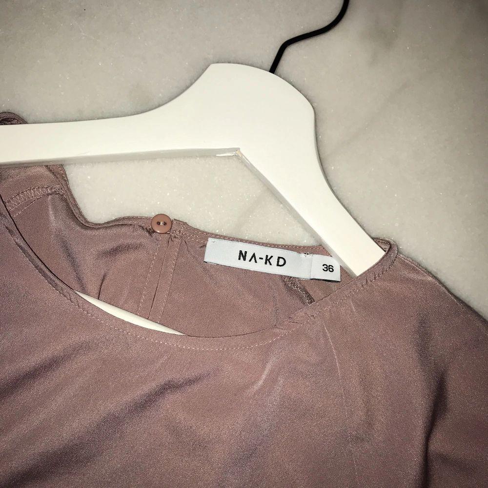 Fin rosa tröja från NA-KD som inte är använd :) Lägg bud . Huvtröjor & Träningströjor.
