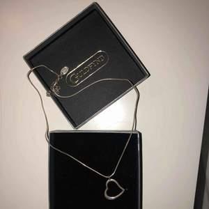 Halsband med ett stilrent hjärta.
