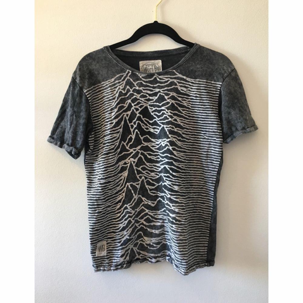 Grå tisha med joy division-tryck. Jättesnygg men jag använder den för sällan. Köpt på Urban Outfitters!. T-shirts.