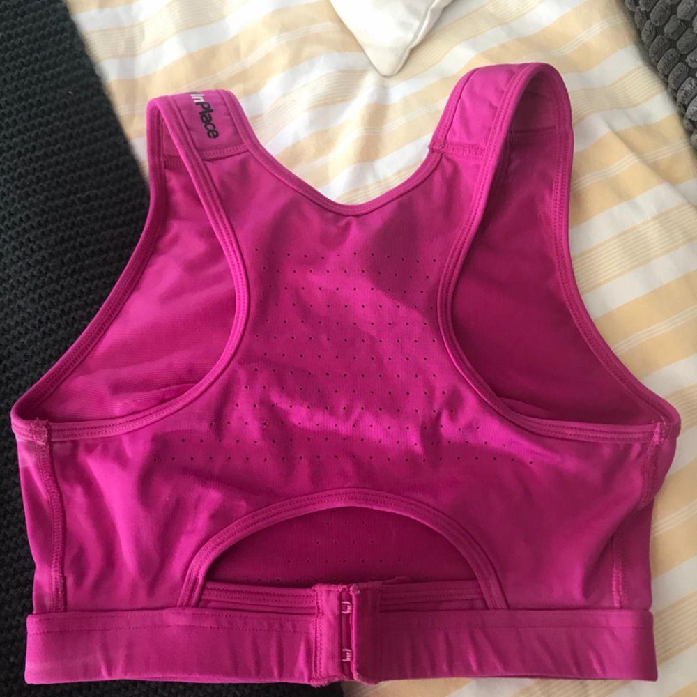 Superbra sport-bh från Stay in Place som är väldigt sparsamt använd. Väldigt skön till träning eller vardag! 👏🏻. T-shirts.