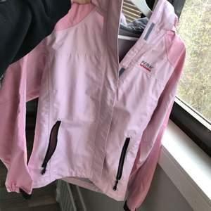 Peak performance regnjacka i rosa, helt ny :)