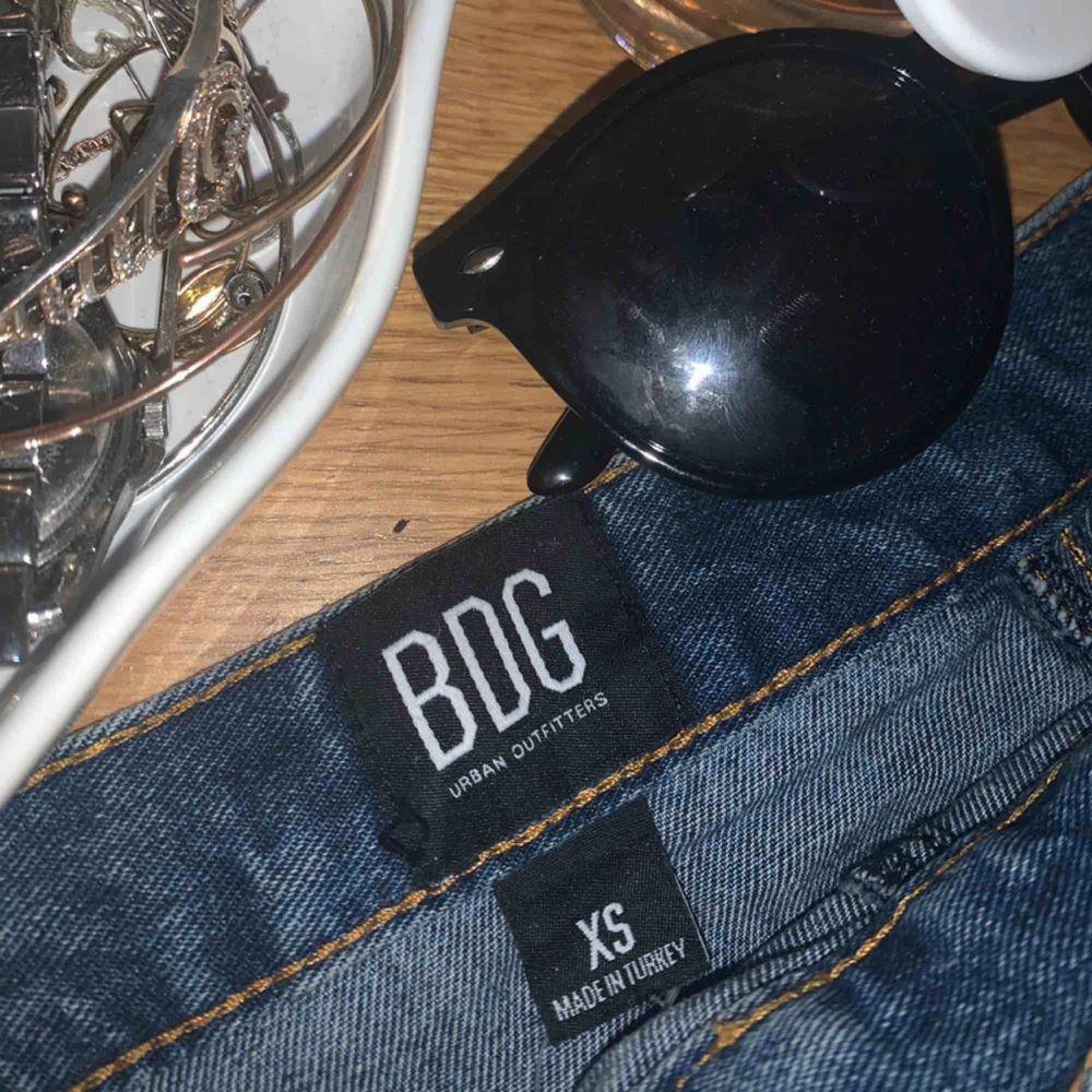 Gullig Jeans kjol med knappar och fickor fram från Urban Outfitters. Storlek XS men passar även S. Frakt tillkommer på priset. Kan mötas upp i Malmö💓💓💓. Kjolar.