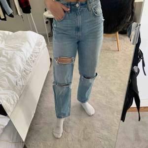 OANVÄNDA jeans från Zara, trendiga och raka jeans i så fin färg/tvätt! Frakt tillkommer📦