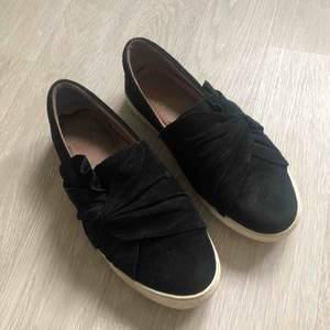Skor från Dasia. En skråma på vänster skon fram. Annars fina. Köpta från Scorett. Obs köparen står för frakten