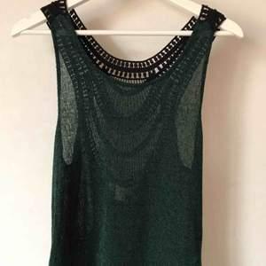 Virkat linne i mörkgrön med svart virkat mönster på ryggen. Helt oanvänt! Strl XS-M skulle jag säga.  Kan mötas i Stockholm eller skicka mot fraktkostnad! ✨🌸✨