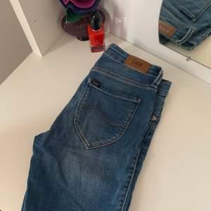 Säljer dessa helt nya Lee Jeans som jag tyvärr växte ur på bara några månader! De är använda 2-3 gånger och i superskick! Modellen skinny, normal waist. Storlek S. Kan skicka eller mötas upp. Bara att skriva om du har några frågor! 🦋