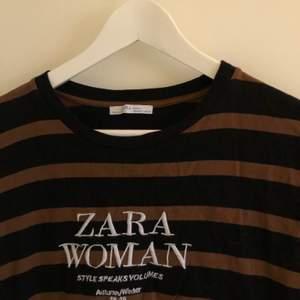T-shirt från Zara som är lite oversized men går inte så långt ner utan slutar vid fickorna på jeansen ungefär. Knappt använd