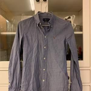 Skjorta från Ralph laurens. I mycket gott skick. Säljer pga för liten i storlek.