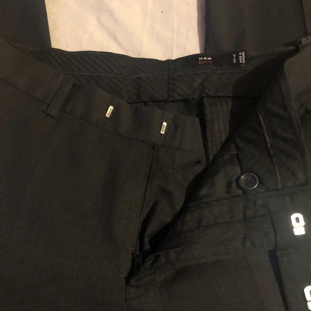 Säljer mina fina svarta kostymbyxor! Mellan till lågmidjade! På mig är de lite stora men jag skulle säga runt strl 38-40 beroende på hur man vill att de ska sitta! Nästan helt nya, små hål på sidorna av benen då jag försökt sy in dom! Föreslå egna priser oxå😙. Jeans & Byxor.