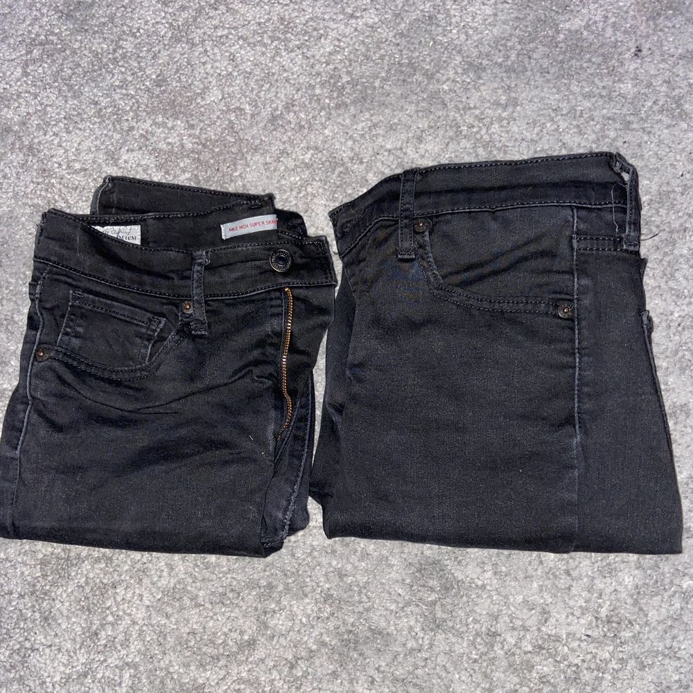 Säljer 2 st Levi's jeans i storlek 28 (vet ej längd) då de har blivit för stora för mig. Modellen är High Rise Super Skinny. Har använt de ett par gånger. Säljer båda 2 för 500 kr inkl frakt eller 1 för 300 kr inkl frakt. Jag byter gärna också saker! Kontakta ifall du har frågor/är intresserad! :) (Nypris på ett par jeans är ca 1 000 kr). Jeans & Byxor.