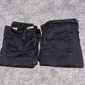 Säljer 2 st Levi's jeans i storlek 28 (vet ej längd) då de har blivit för stora för mig. Modellen är High Rise Super Skinny. Har använt de ett par gånger. Säljer båda 2 för 500 kr inkl frakt eller 1 för 300 kr inkl frakt. Jag byter gärna också saker! Kontakta ifall du har frågor/är intresserad! :) (Nypris på ett par jeans är ca 1 000 kr)