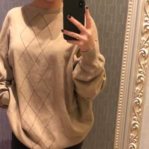 En beige jättesöt pullover med argylemönster. Köpt här på plick och inte använd någon gång. Secondhand skick och väldigt stor.