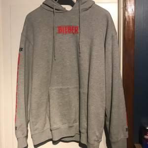 Justin Bieber merch. Väldigt skön hoodie som inte kommer till användning längre. Storlek M. Lite oversized men inte mer som en L.