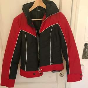 Skitcool vintage-jacka. Liten i storleken, en aning liten på mig som är 178 och kanske en storlek S-M. Bra skick 🤍