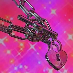 Edgy halsband, med y2k vibes  Många var intresserade av förra så hittade ett till hihi :) Pris diskuteras!!! köpare står för frakt ❤️❤️❤️