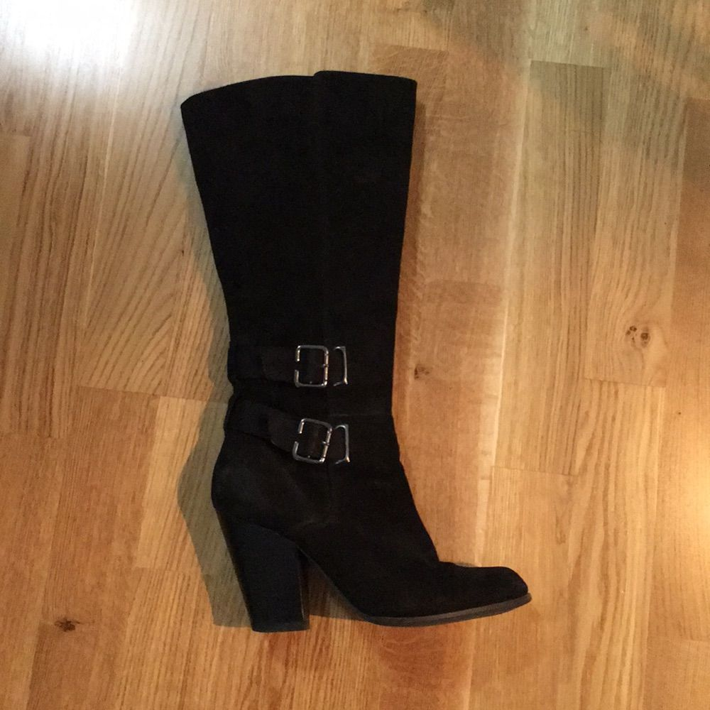 Knähöga stövlar i svart nubuck/mocka, spännen och remmar kring skaften, storlek 41, från XIT av Din sko (tror detta kan ha varit nån kollektion som Elin Kling gjorde) . Skor.