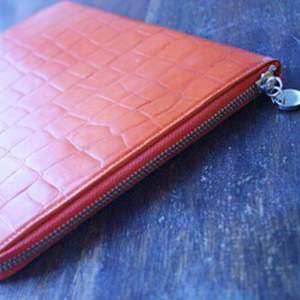 iPad fodral i äkta kläder från wera, oanvänd.  Klar orange färg. Mått 21 x 28 cm