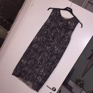 Snygg klänning från cos. Går ca till under knäna. Pris kan diskuteras