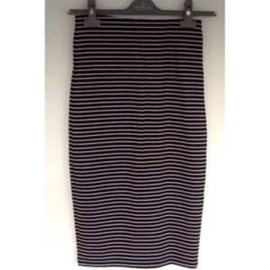 Randig kjol från River Island (köpt i England- size 6). Den räcker till lite under knäna och har en ca 20 centimeters slit där bak.
