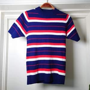 Kortärmad, stickad tröja från Pop Boutique, nyskick🍒