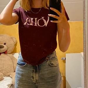 T-shirt som passar till de mesta, skitsnyggt me baggy jeans! Rätt casual❤️🌸 minns inte vart jag köpte den dock!