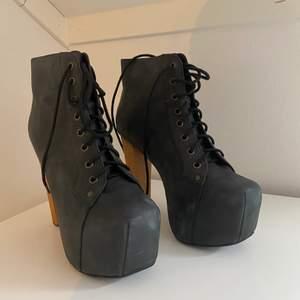 Helt nya, klassiska Jeffrey Campbell skor i svart slipat läder med träklack.