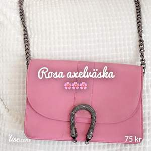 """Fin rosa väska 🌸🌸 Tre fack inuti  lagom stor , inte för liten , inte för stor Silver/metall axelrem... lik """"Gucci"""""""