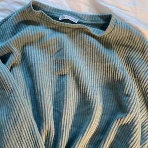 Fin vår färg - Stickad Tröja Från ZARA som har resår band på armar samt på slutet av tröjan. Frakt tillkommer 🚚