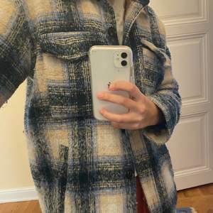 Jätte fin kappa från neo noir. I storlek xs men tycker att den motsavarar en S