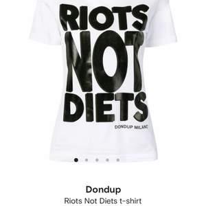 Säljer denna supersnygga slutsålda t-shirt från Dondup🖤 köptes på Farfetch 2019 för ca 1500 men har bara använt den ett fåtal gånger. Den är alltså i perfekt skick! Pris kan diskuteras