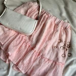 Säljer min jättefina kjol pga att jag råka köpa två stycken likadana, sitter jättebra och har bra matrial, Det sitter en vit underkjol ihoppsydd i kjolen, PASSAR MIG SOM xs/34 🤍💗🤍💗 BUDA I KMT!!!!