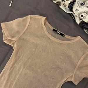 Superfin glitter genomskinlig tröja i rosa/beige färg, från bikbok, storlek  S, säljer på grund av den inte används, säljer för 50kr + frakt 😙
