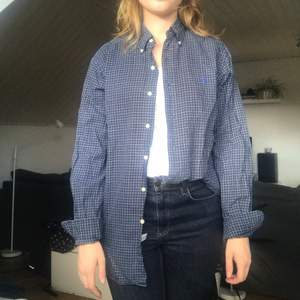 Skjorta från Ralph Lauren 👔 Modellen heter Classic Fit och den är i strl M  Skjortan är sydd efter en manskropp men fungerar lika väl för kvinnliga kroppar!  69kr plus frakt   #skjorta #ralphlauren