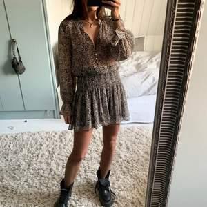 Säljer dena superfina klänning från zara som är helt oanvänd med lapparna kvar. Kan mötas i Stockholm och annars tillkommer frakt. Bud på 360kr, avslutas på söndag!❤️