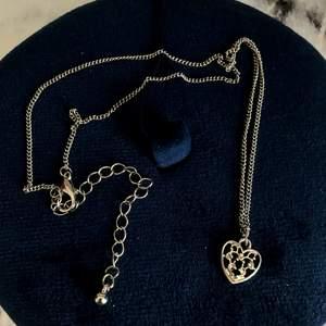Ett jättefint silverhalsband med en hjärtberlock. Aldrig använt. Köpt på Albrekts guld. Frakt ingår i priset 😊