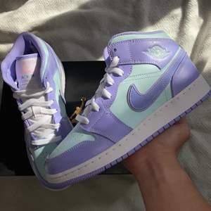 """📍Jordan 1 Mid """"Purple Aqua"""" finns tillgängliga i storlekarna 37, 37.5, 38, 38.5 & 39. Skorna är köpta från footlocker och kvittot medföljer. Bud från 1500kr och Bin på 1800kr. För referenser och mer bilder checka min Instagram sida @streeetwear.se."""