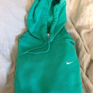 Säljer min super fina gröna vintage Nike hoodie som jag köpte här på Plick. Den har två små fläckar på sig som du ser på sida 2 och 3. Annars är den i bra skick 🥰❤️
