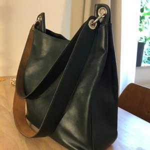 Säljer min Ona Shopper i mörkgrönt läder 💚 den långa remmen är oanvänd och därför av en annan nyans, båda är avtagbara så man kan välja vilken man vill använda. Använd med kärlek! Pris diskuterbart. Nypris 3500 kr