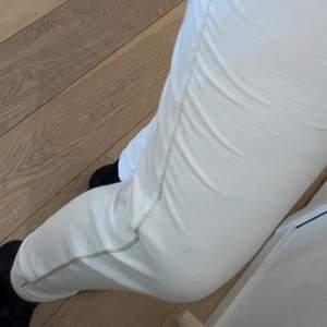 DKNY byxa, i storlek S passar även mig som är M. Köptes i london för några år sen, säljer pågrund av att jag inte använt de. Jag hade rekommenderat att ha ett par svarta leggings under pågrund av att de e see-thru och sidorna där de glittrar kliar.