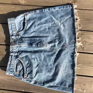 Superfin jeanskjol från märket BDG men är köpta på Urban Outfitters i Barcelona!🤍 Använd fåtal gånger och i superfint skick! Nypris: ca 500kr!