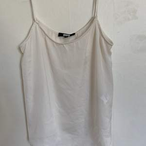 Säljer en blå randig t-shirt från Bikbok i storlek S. Väldigt bra skick och sparsamt använd. Väldigt skönt material. Säljer då den inte längre passar. Hör av er för fler bilder. Köparen står för ev frakt:)