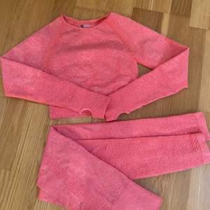 """Säljer mitt rosa träningset eftersom det inte passar mig. Det är stl S men sitter mer som en tajt xs. Helt oanvända och i nyskick.  Inget specifikt märke på kläderna, en kopia av gymsharks """"vital seamless"""".   Säljs för 400kr"""