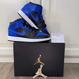 Fått in dessa sjuka Jordan 1 Mid. Riktigt snygga skor som är helt nya och äkta samt att kvitto kan visas upp vid förfrågan. Storlekarna som finns inne är 38,5x1 och 39x2. Kan köra meetup i Lindesberg/Örebro men kan även skickas dubbelboxat och spårbart. Hör av er så löser vi något! Kolla gärna in min profil och skriv ifall du hittar något intressant!