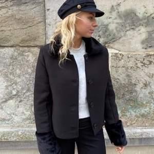 Erika jacket från designbysi, nu slutsåld!! Får inte användning av min trots att den är sååå såå snygg, aldrig använd men var för snabb med att riva av lapparna. Storlek M, köparen står för frakt💜💜 originalproduktioner 742kr!!